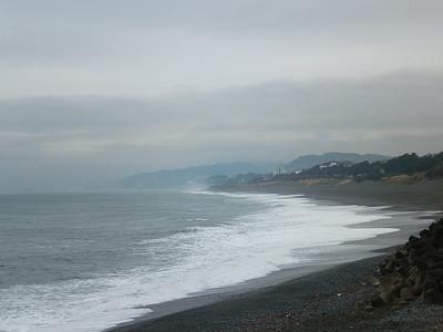 画像:A.M.8:00頃の大磯海岸です。この時間、海岸も大磯港も釣り人の姿がありませんでしたね。