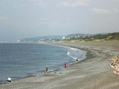 画像:A.M.7:30頃の大磯海岸です。クロダイが釣れたのは、赤いヤッケのグループ辺りです。
