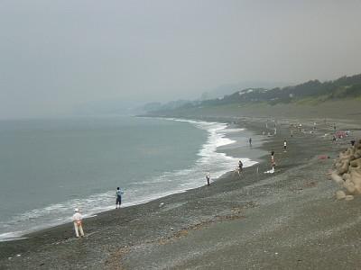画像:A.M.7:00頃の大磯海岸です。この程度の波ですから、釣りには支障はありません。